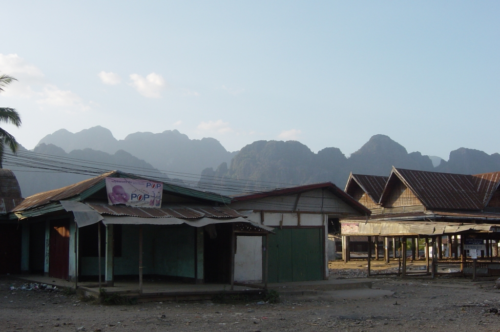 Walking in Vang Vieng : Laos (Dec'04) 15