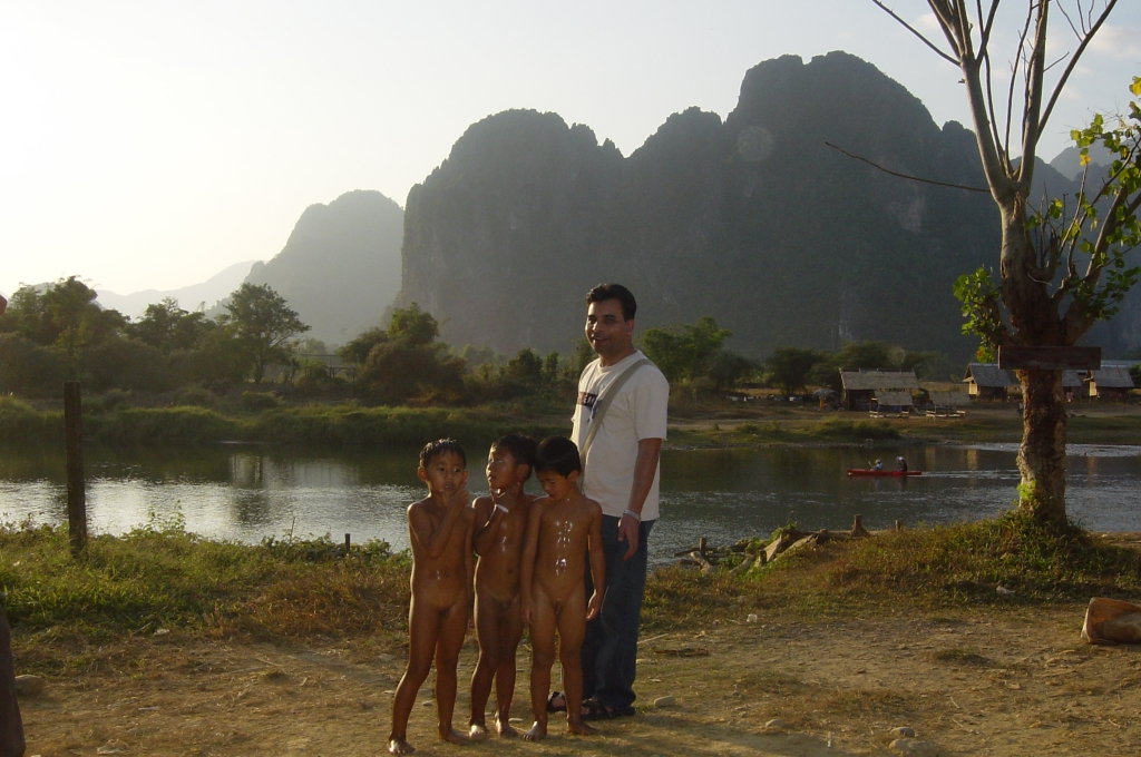 Walking in Vang Vieng : Laos (Dec'04) 1