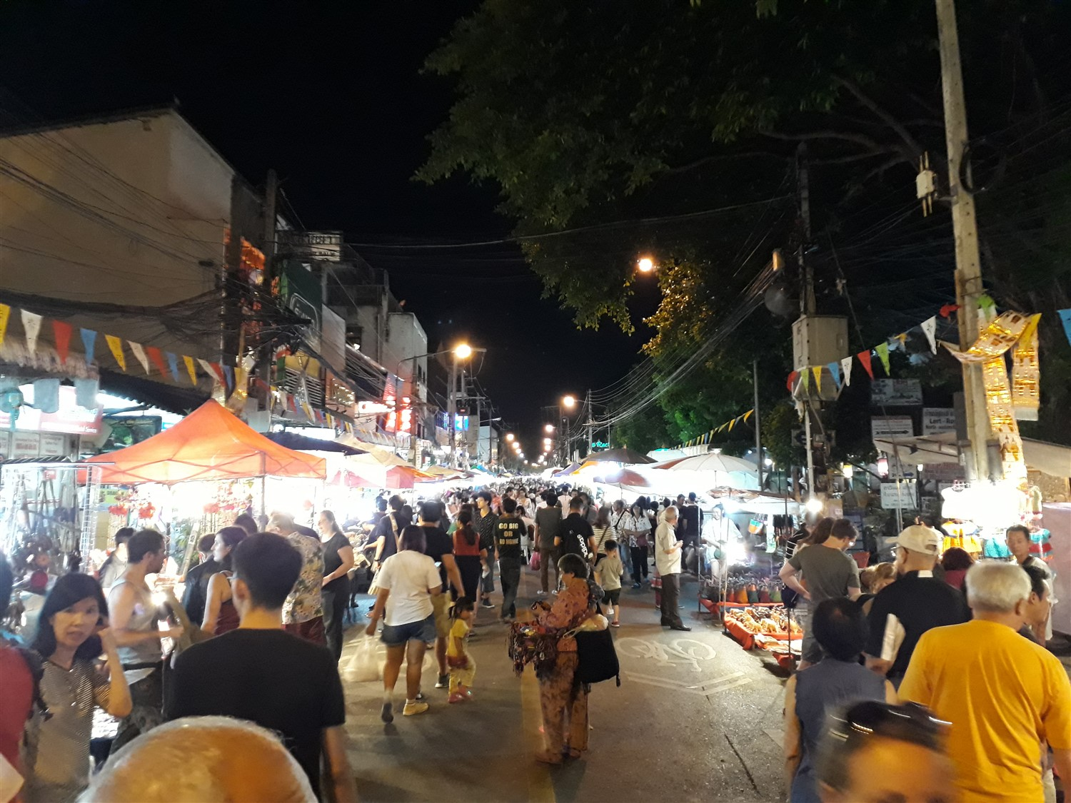 Walking in Chiang Mai City & Night Market : Thailand (Apr'17) 7
