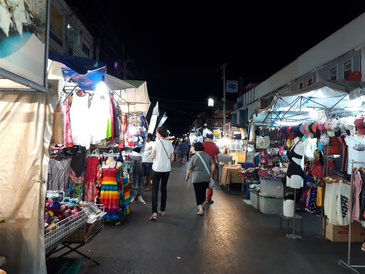 Walking in Hua Hin & Night Market : Thailand (May'17) 12