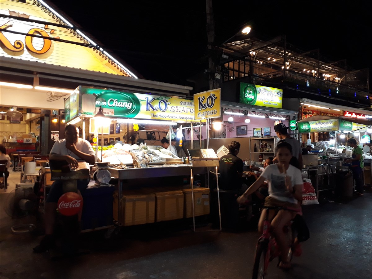 Walking in Hua Hin & Night Market : Thailand (May'17) 16